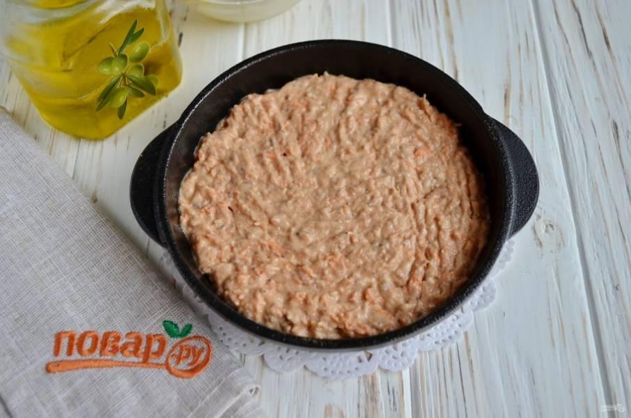 Разделите тесто на две части. Смажьте формочки для выпечки растительным маслом и разровняйте тесто. Выпекайте коржи при 230 градусах 20 минут.