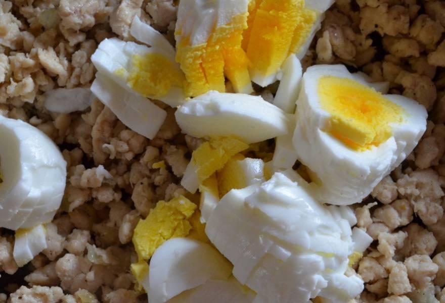 Отварите яйца, очистите, порежьте и добавьте в фарш.