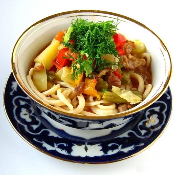 Подавать нужно так - в тарелку кладут лапшу,  сверху выкладывают мясо с овощами, посыпают зеленью. Приятного аппетита!
