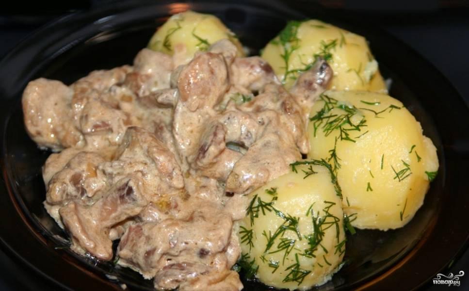 Маслята, тушеные с картофелем