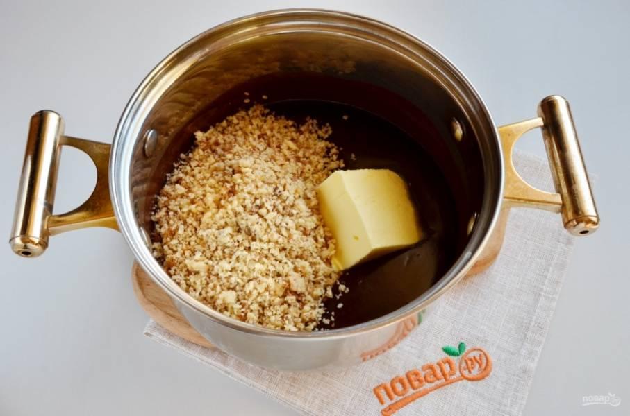 Добавьте молотые орехи и сливочное масло. Перемешивайте, пока не растворится масло.