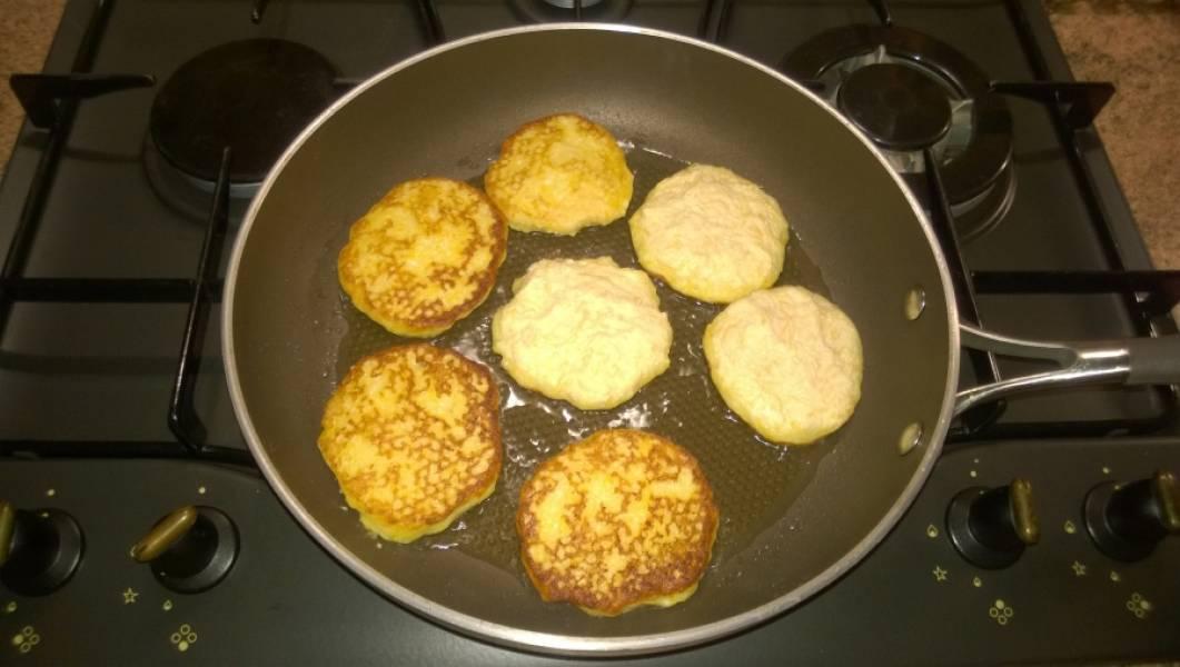 4. Сырники выкладывайте на горячую сковороду и обжаривайте с двух сторон до румяной корочки.