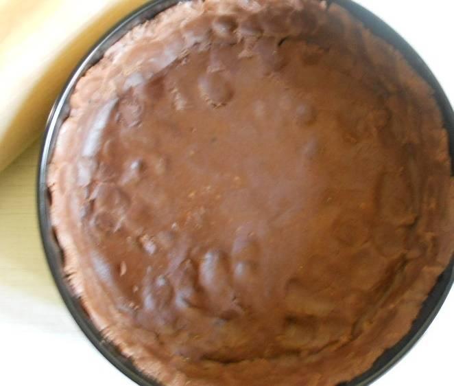Когда тесто хорошенько остынет, достаньте его из холодильника и освободите от пищевой пленки. Раскатаете его в пласт и положите в формочку для выпекания. Подровняйте края, сформировав бортики. Выпекайте коржик при двухста двадцати градусах двадцать минут.