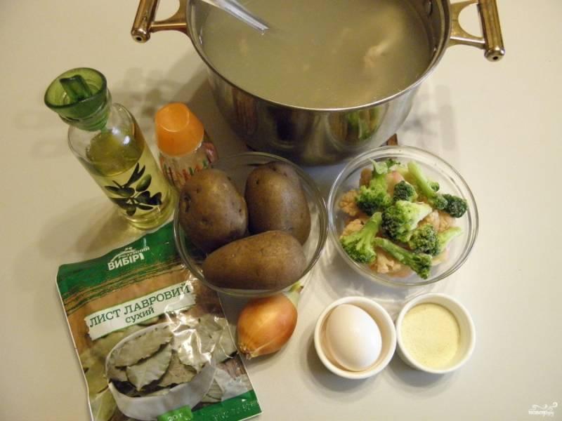 Приготовьте согласно списку продукты. Обратите внимание на то, что картофельные шарики будут готовится только из трех продуктов: картофель, манная крупа и яйцо сырое. Соль в расчет я не беру, тут все согласно желаниям. Итак, сварите заранее для супа крепкий мясной бульон. Картофель вымойте и отварите в мундире до готовности. Остудите немного, чтобы он был теплым.