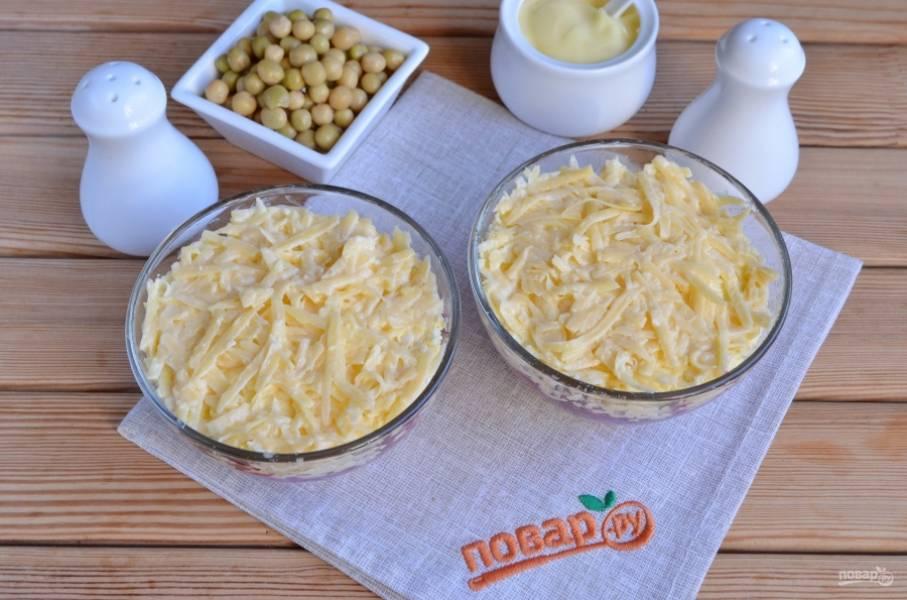 Следующий слой — огурцы, после — сырный слой.