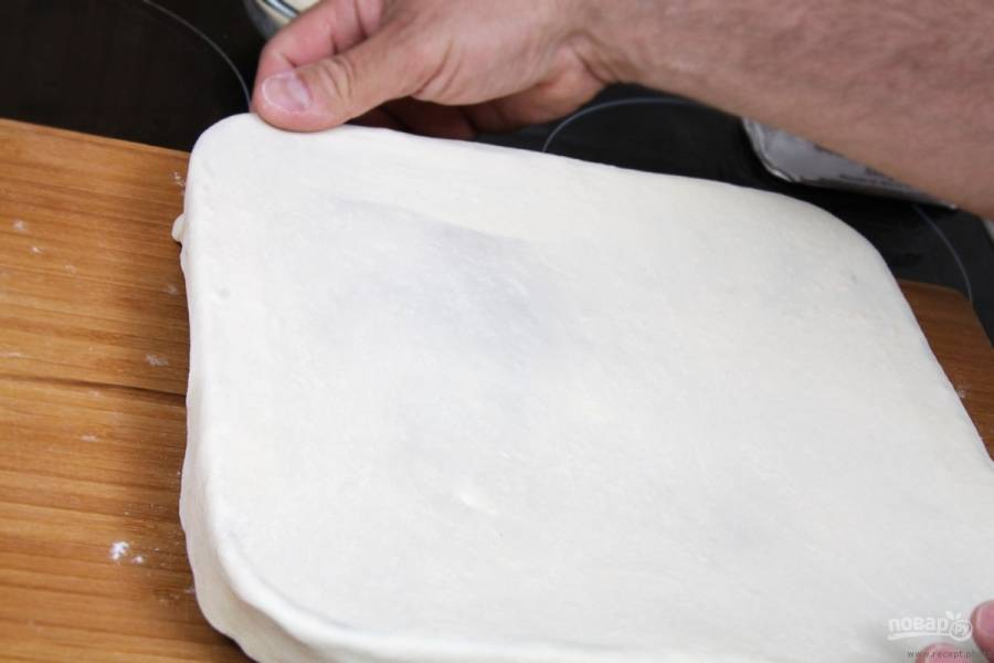 Вторым пластом теста укройте нижний. Плотно их соедините.