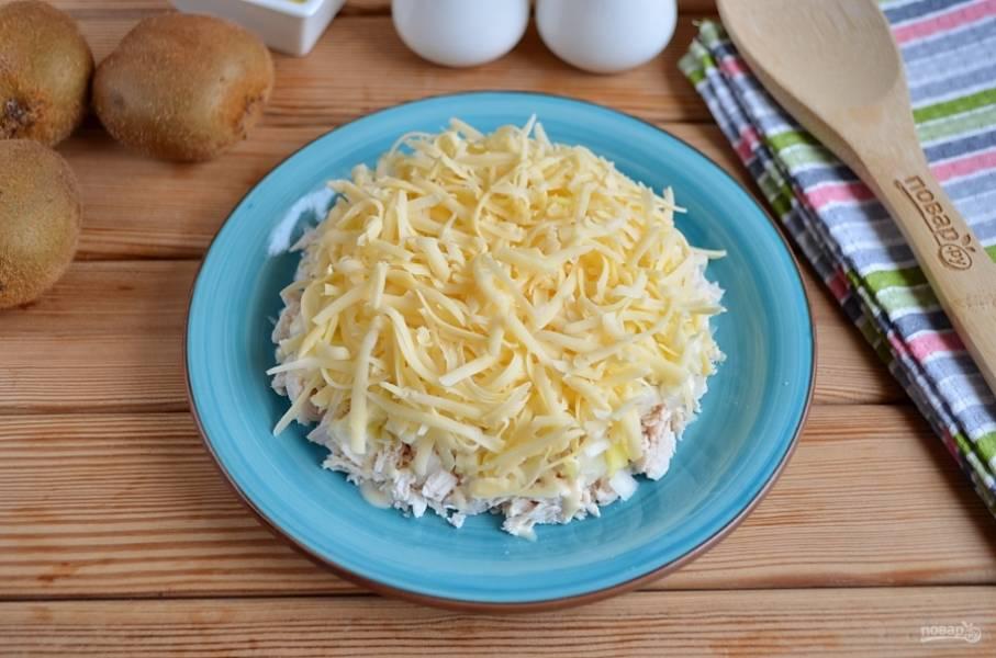 Далее — слой тертого сыра. Используйте крупную терку.