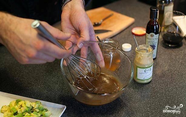 4. Готовим соус: смешиваем горчицу, мед и соевый соус. Взбиваем венчиком до образования однородной массы.