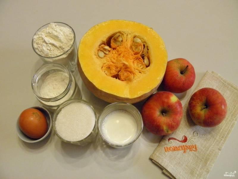 Подготовьте продукты для пирога. Очистите тыкву от кожуры и внутреннего края. Нам нужно 500 грамм уже подготовленной очищенной тыквы.