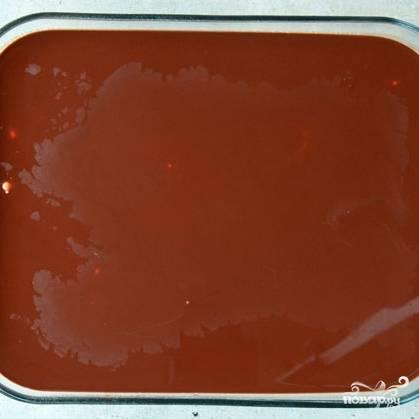 Если у вас получилась идеальная гладкая масса, то она равномерно распределится по поверхности, и пирожное получится красивым.