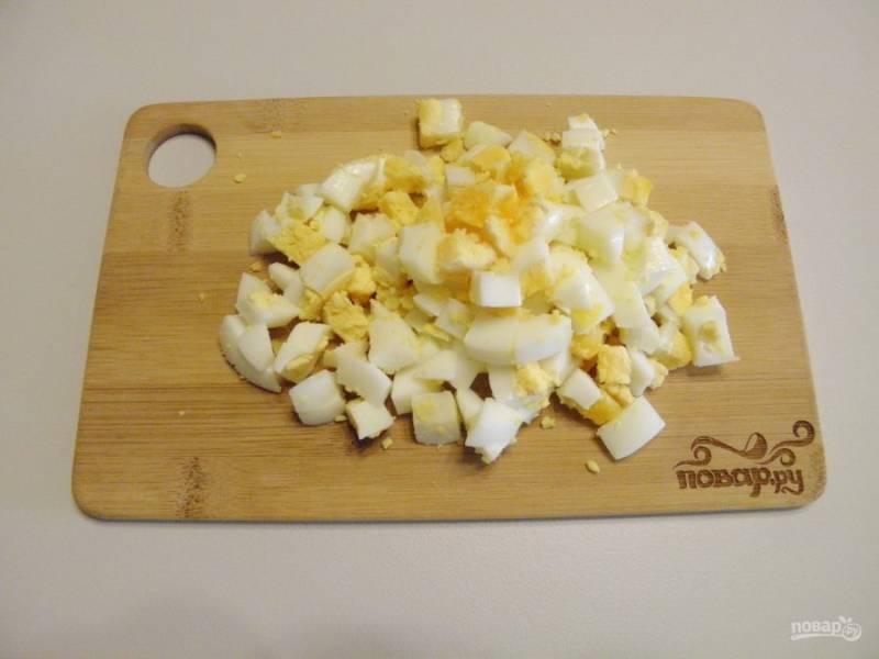 2. Вареные яйца порубите крупными кубиками.