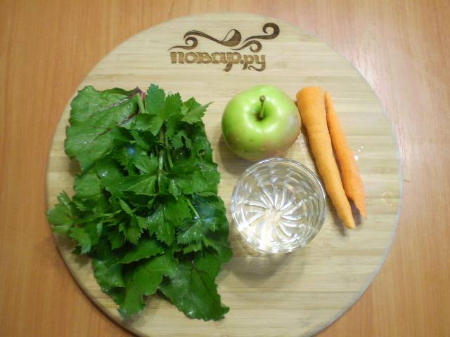Подготовим продукты для коктейля. Яблоко и зелень нужно вымыть, морковь очистите.