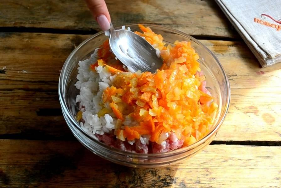 Всыпьте пассерованные лук и морковь. Хорошенько все перемешайте до однородного состояния.