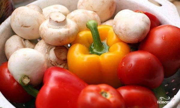 Овощи и шампиньоны хорошо промойте и обсушите.