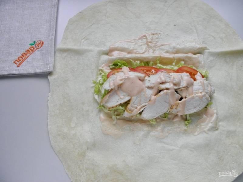 Порежьте готовую курочку, на одну шаурму уходит половинка кусочка. Сверху полейте соусом немного.
