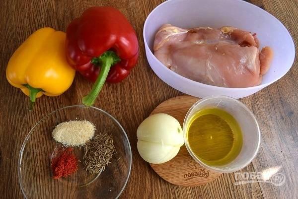 Духовку включите на 180 °C. Подготовьте необходимые продукты. Овощи помойте, лук очистите. Грудку промойте, обсушите бумажными полотенцами.