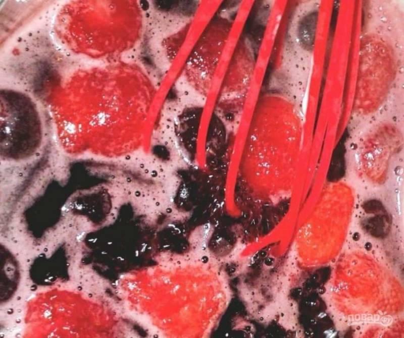 Соус вновь проварите 10 минут, надавливая немного на ягоды. Остудите смесь в течение 10 минут.