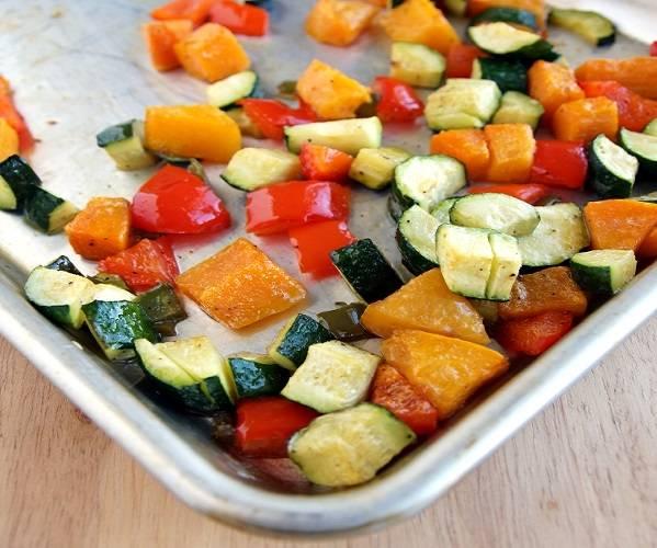 2. В заранее разогретой духовке овощи будут запекаться около 25-30 минут. Они должны стать мягкими. После приготовления начинку как следует остудить.