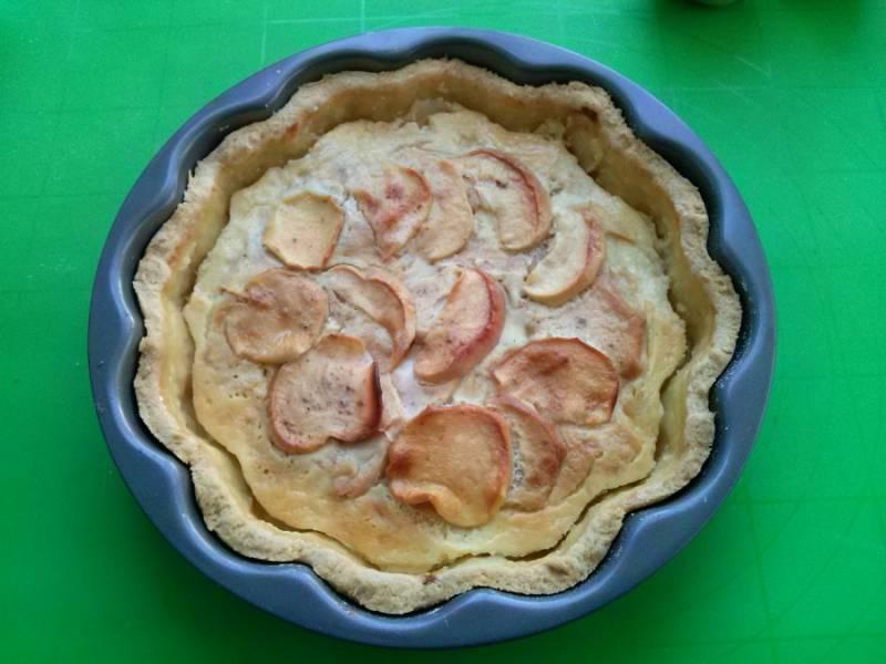 Остудите и подавайте пирог к столу. Пока пирог горячий, заливка может не застыть до конца и возможно потечет.