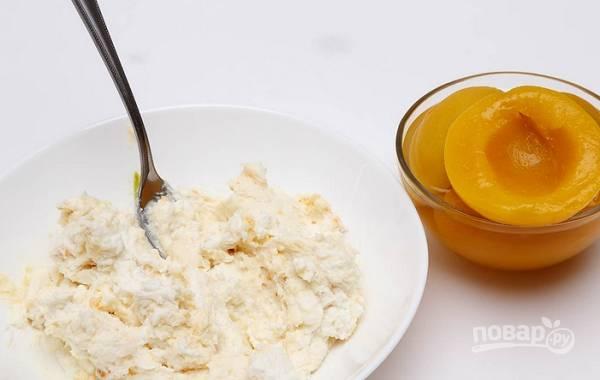 7. Для приготовления начинки протрите через сито или взбейте блендером творог. Можно использовать творожную массу, чтобы начинка была нежнее. Нарежьте персики тонкими полосочками. Немного персиков можно измельчить в пюре и добавить в творог.