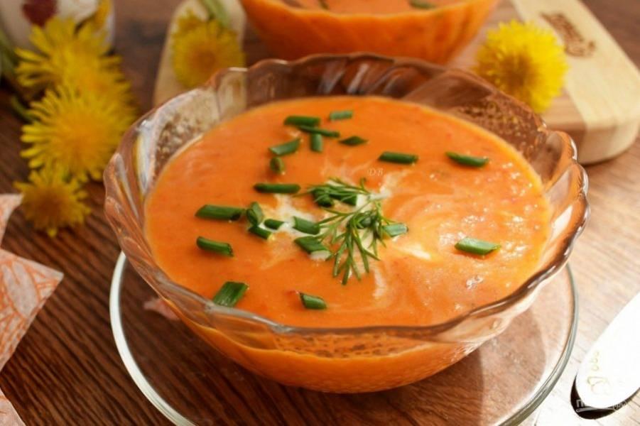 Разлейте суп-пюре по тарелкам, добавьте кокосовое молоко, измельченный зеленый лук.
