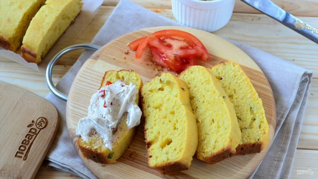 Кукурузный хлеб с маслом и яйцом