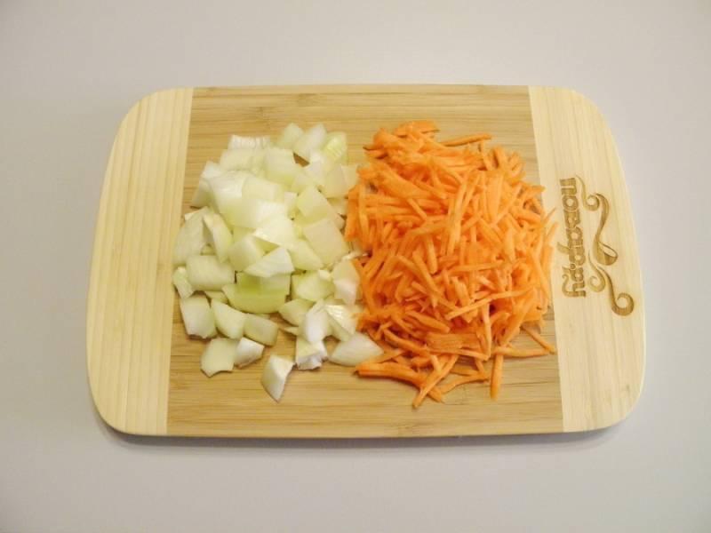 2. Порежьте лук и морковь крупно, чтобы были заметны в плове.