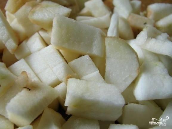 Яблоки вымоем, очистим от кожуры, удалим сердцевину и нарежем мякоть на маленькие кусочки.