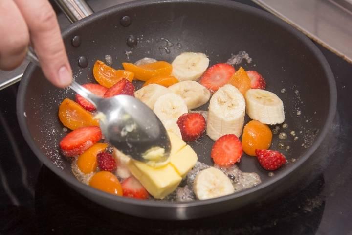 Добавить фрукты и сливочное масло.