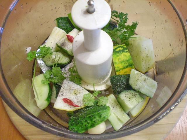 В блендер сложите овощи, соль, воду.