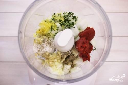 Измельчите все ингредиенты - лук, чеснок, лимонная цедра, томатная паста, розмарин, соль, сахар, перец, (используйте кухонный комбайн или миксер), после влейте бульон.