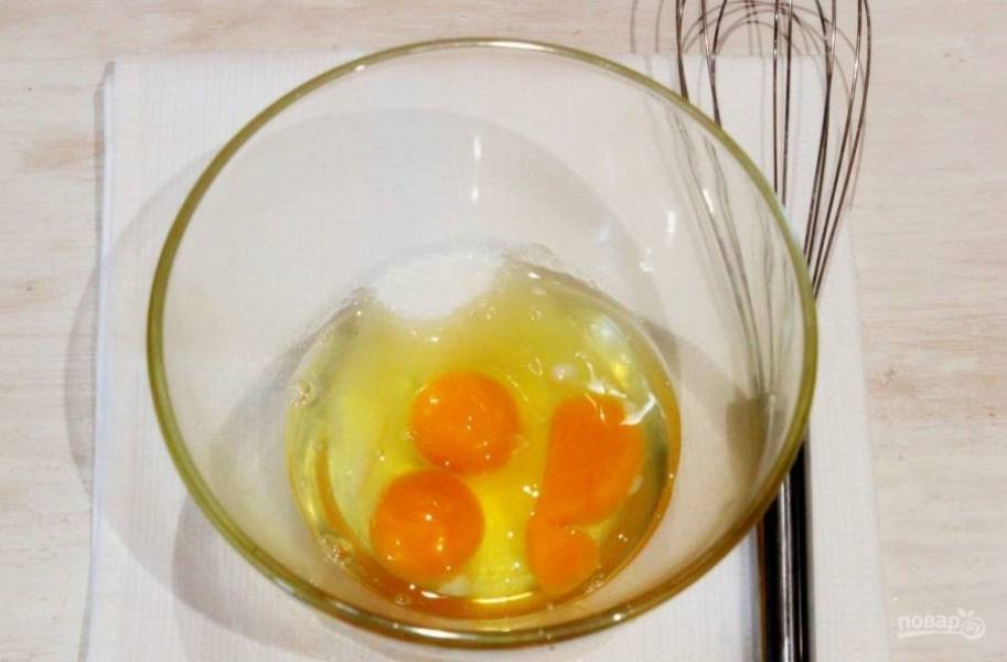 Возьмите глубокую миску, вбейте в нее три сырых куриных яйца. Затем добавьте к ним пару ложек сахара и немного соли. При помощи венчика взбейте ингредиенты, пока масса не станет однородной.