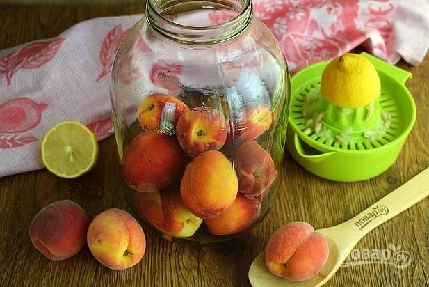 Персики промойте, заложите в стерилизованную банку (2 л).