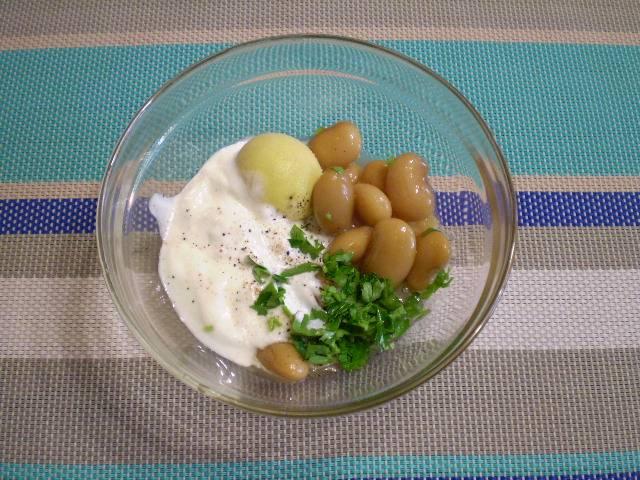 2. Яйцо делим на белок и желток. Из желтка, фасоли, зелени, специй и сметаны делаем соус для заправки салата. Все пюрируем блендером или вилочкой.