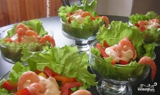 Салат в креманках с креветками
