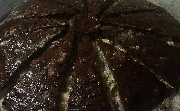В форму, где выпекались коржи, выкладываем половинку коржа, затем фруктово-сметанную массу (можно добавить мак), а сверху - корж (порезанный в форме ромашки). Сверху покрываем торт шоколадной глазурью и ставим застывать в холодильник на 2-3 часа.