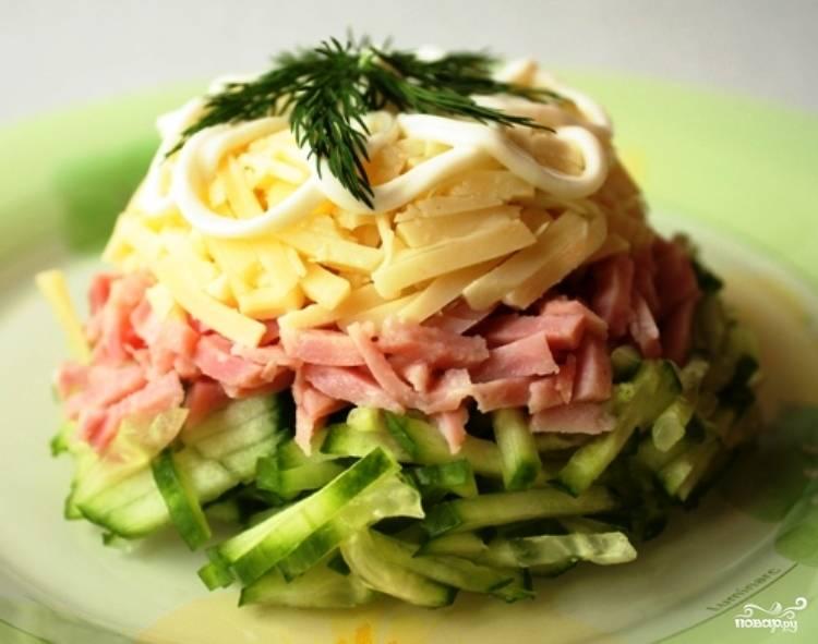 Салат из ветчины с сыром и огурцом