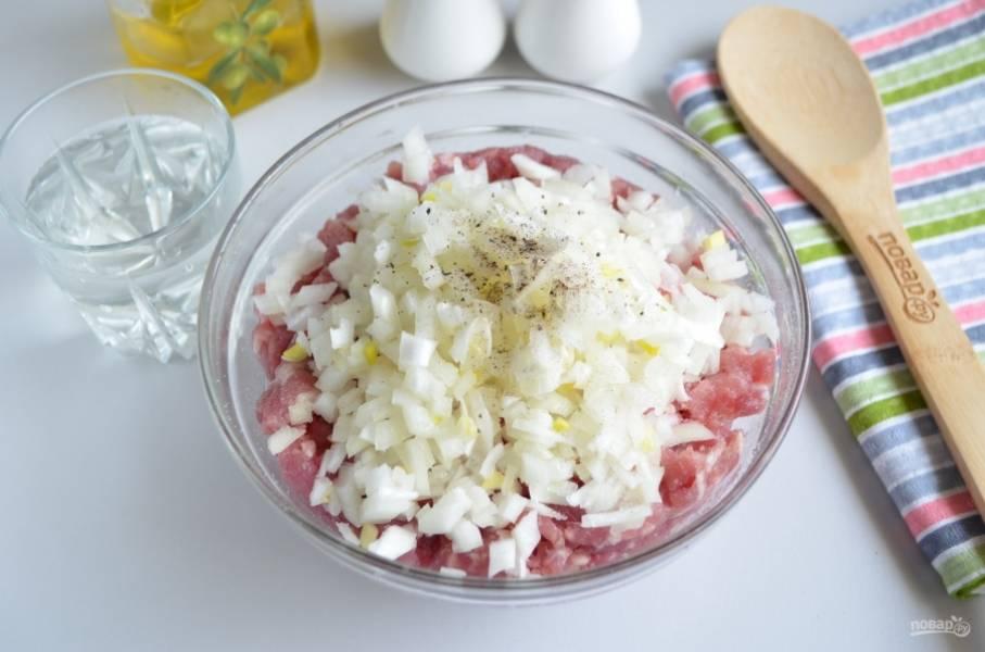 Пока тесто подходит, нужно сделать фарш для беляшей. Очистите лук, порежьте его максимально мелко. К мясному фаршу добавьте лук, соль, перец черный молотый и холодную воду. Хорошо перемешайте фарш.