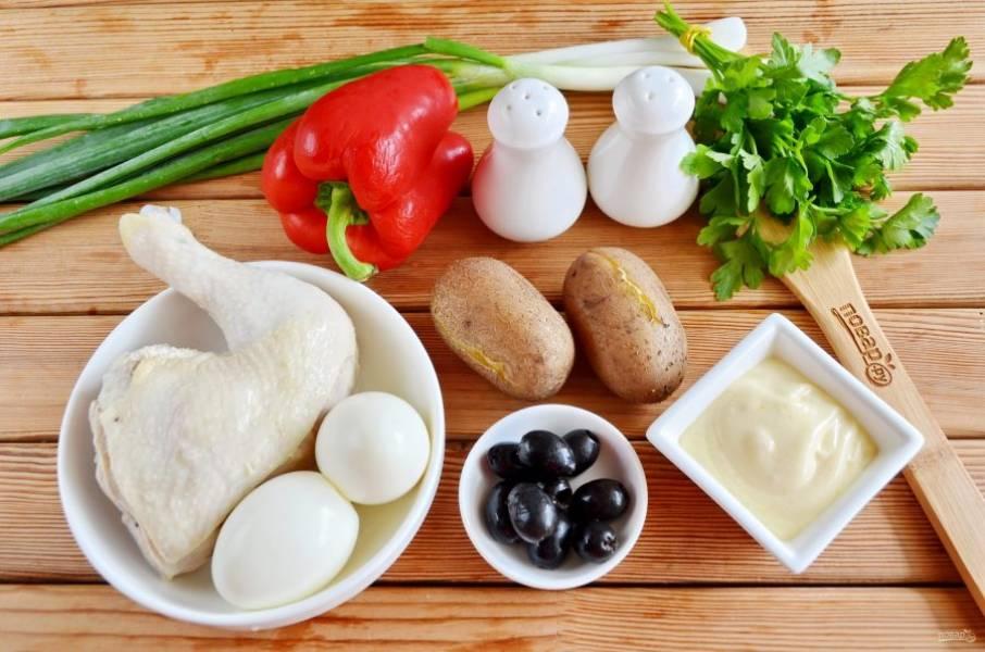 Подготовьте продукты для салата: отварите картофель, яйца, куриный окорочок. Остудите.