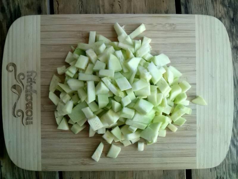 Овощи помойте и  очистите.  Из кабачка удалите семена, порежьте овощ на кубики и посолите.