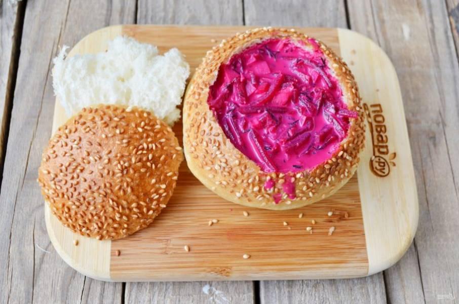 """Для подачи супа нужны большие булочки хлебные или небольшой хлеб любой формы. Острым ножом аккуратно срежьте часть крышечки и удалите мякоть. Отправьте хлеб в духовку на 15 минут, температура — 160-170 градусов. Суть этого процесса — подсушить хлеб или булочку, чтобы она не размокла от супа. Далее нужно остудить """"тарелочку"""", налить суп и сразу подать его к столу! Приятного аппетита!"""