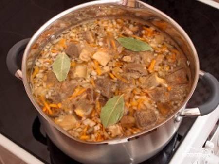Засыпаем столовую ложку манной крупы в суп, не забывая при этом размешивать. Закипает? Еще 3 минуты!  После этого добавляем зелень. Разливаем по тарелкам да со сметаночкой! Няяям. Готово!