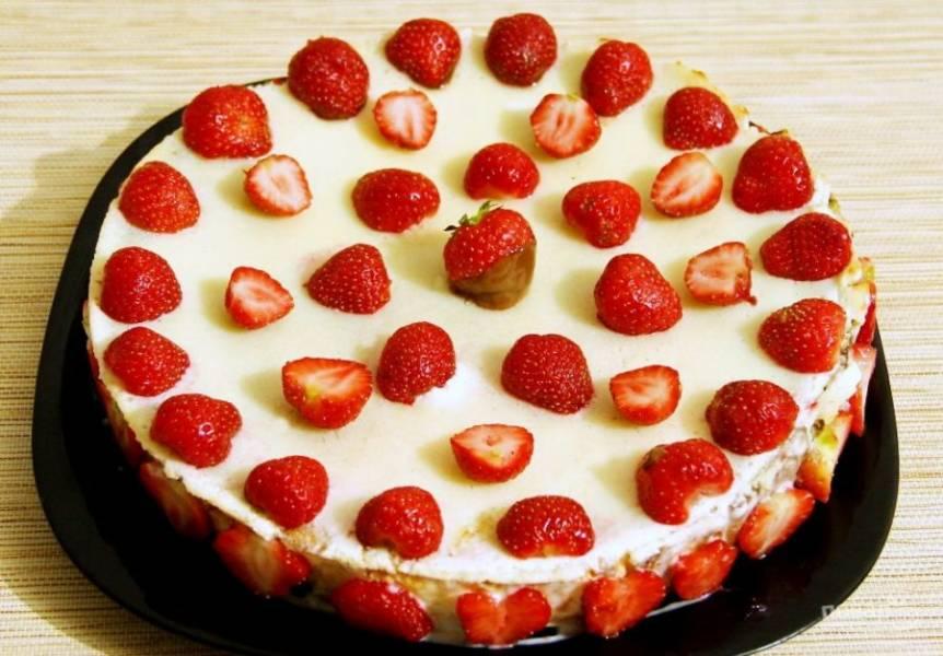 Подавайте торт в остывшем виде, украсив его клубникой и миндалём. Приятного чаепития!