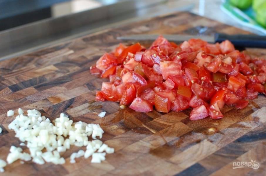 6.Нарежьте мелко 3-4 больших помидора, измельчите чеснок.