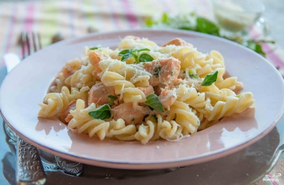 Спагетти с лососем под сливочным соусом