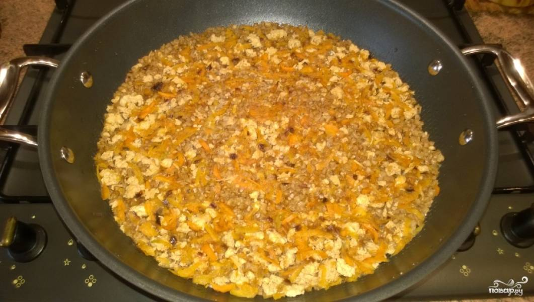 """5. Вскипятите чайник, налейте в сковороду 4 стакана горячей воды. Стакан должен быть тот же, которым отмеряли гречку. При необходимости посолите. Закройте крышкой, доведите до кипения, уменьшите газ, и не трогайте сковороду 35-40 минут. Выключите газ, и пусть гречка по-купечески с куриным фаршем постоит 5 минут, """"дойдет"""". Все, блюдо готово. Приятного аппетита!"""
