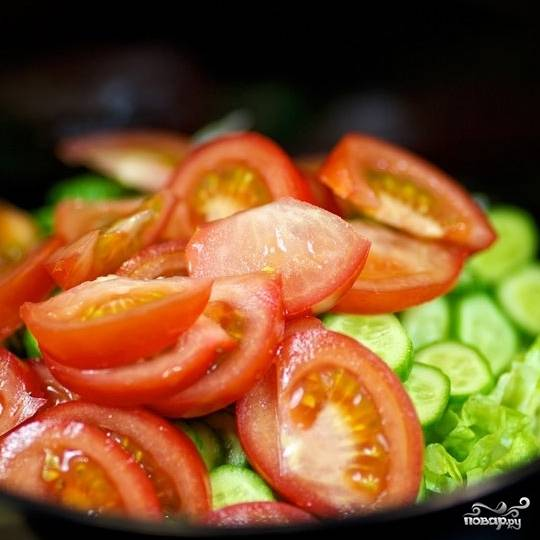 Помидоры нарежьте на дольки и добавьте в салат.