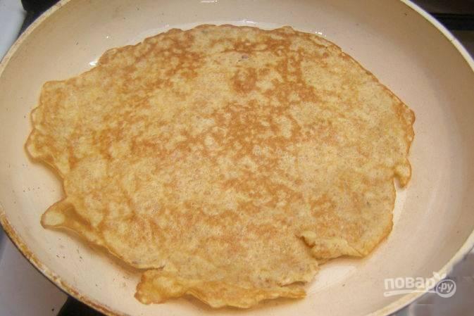 Переверните аккуратно и жарьте блины еще 2-3 минуты. Масло добавляйте по мере необходимости.