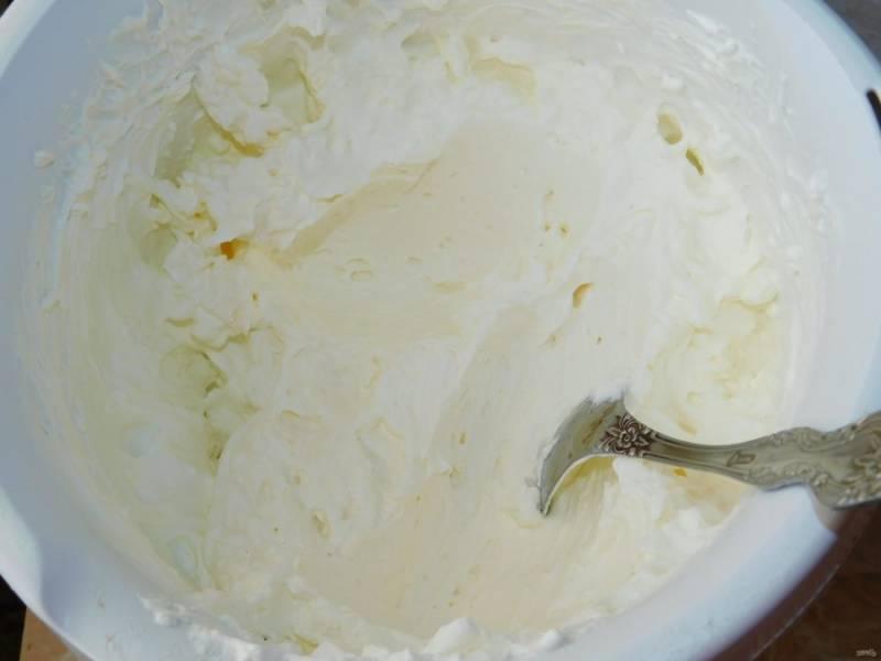 Для крема взбейте сливки и сахарную пудру.