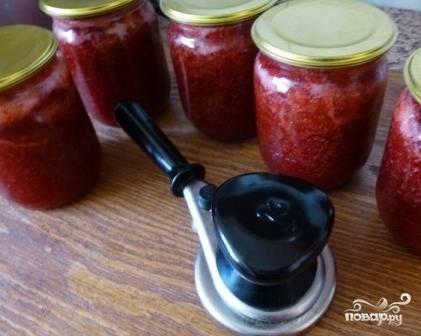 Теперь добавим оставшийся сахар, сок лимона и пектин. Доводим варенье до кипения, варим минут 7-8. Не даем варенью бурно кипеть! Раскладываем в стерилизованные банки и закрываем крышками.